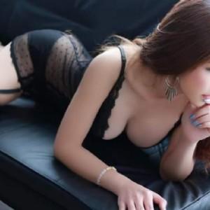 Meena thai le curve di una ragazza thailandese eccitano la fantasia di un uomo-1