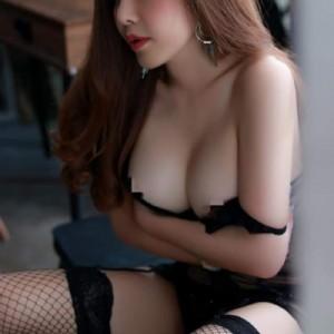 Meena thai le curve di una ragazza thailandese eccitano la fantasia di un uomo-3