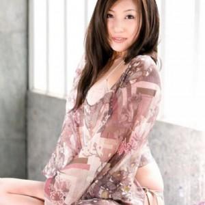 Massaggiatrice orientale giovane curve-2
