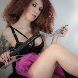 Lady Demonique recensita su radio 24 vera dominatrice sadica escort donna accompagnatrice
